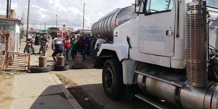 VIDEO   Vecinos de Paraguaipoa rechazan fallas en los servicios   800Noticias
