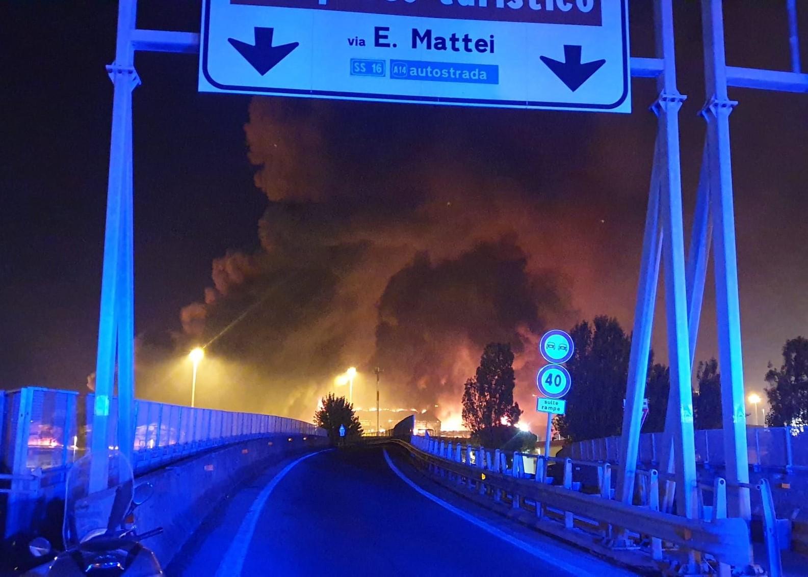 VIDEO | Gran incendio en el puerto italiano de Ancona